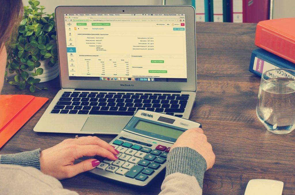 un comptable de l'AAS réalisant des calculs